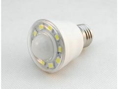 Żarówka 10 SMD LED E27  z czujnikiem zmroku 2,5W