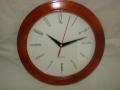Zegar w obudowie z drewna