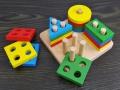Drewniane klocki kształty geometryczne stojak